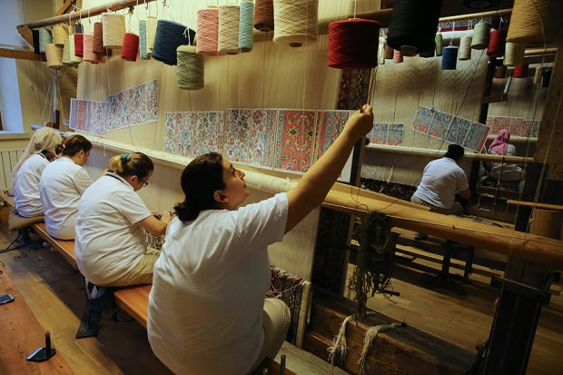 Basıldıkça güzelleşen halıların üretildiği fabrika