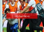 İstanbul'daki UEFA Üstün Kupa maçında alana giren sanığa 1 yıl 8 ay mahpus cezası